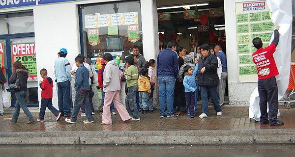 Ecuatorianos, comprando